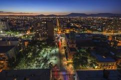 Die Skyline von Santiago de Chile bis zum Nacht Lizenzfreies Stockbild