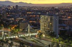 Die Skyline von Santiago de Chile bis zum Nacht Stockbild