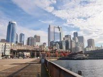 Die Skyline von Seattle vom Hafen in an einem sonnigen Tag lizenzfreie stockfotos