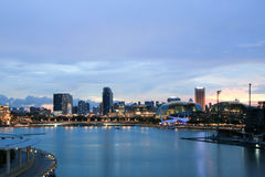 Die Skyline von Singapur im Stadtzentrum gelegen mit schönem Sonnenuntergang bewölken sich über ihm lizenzfreie stockbilder