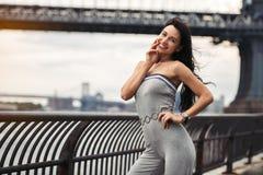 Die smileyfrauenfrau, die Spaß hat und genießen die Reise in New York City stockfoto