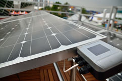 Die Solarzelle und das Messinstrument lizenzfreie stockfotografie