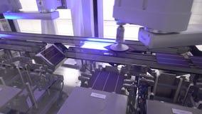 Die Solarzellenplatten produzieren entladen von der Mechanikerspalte Hand stock video footage