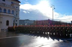 Die Soldaten der österreichischen Armee auf dem Schutz der Ehre nahe dem Hofburg-Palast lizenzfreie stockbilder