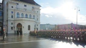 Die Soldaten der österreichischen Armee auf dem Schutz der Ehre nahe dem Hofburg-Palast lizenzfreie stockfotos