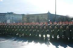 Die Soldaten der österreichischen Armee auf dem Schutz der Ehre nahe dem Hofburg-Palast stockfotografie