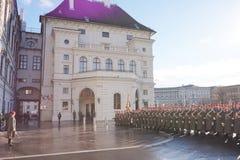 Die Soldaten der österreichischen Armee auf dem Schutz der Ehre nahe dem Hofburg-Palast stockbilder
