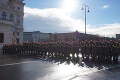 Die Soldaten der österreichischen Armee auf dem Schutz der Ehre nahe dem Hofburg-Palast lizenzfreie stockfotografie