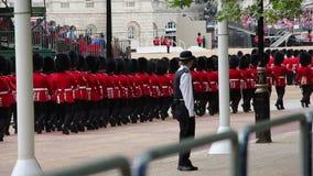 Die Soldaten der Königin an Geburtstags-Wiederholung Parade der Königin stock video footage