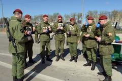 Die Soldaten von internen Truppen in der Feldküche Lizenzfreie Stockfotos