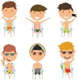Die Sommermännlichen rollen, die auf Strandstühlen sitzen, vector Illustration lizenzfreie abbildung