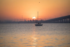 Die Sonne über dem Fluss Lizenzfreie Stockfotografie