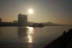Die Sonne über der Stadt lizenzfreie stockfotografie