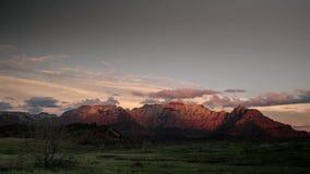 Die Sonne, die über einen Berg einstellt stockfotografie