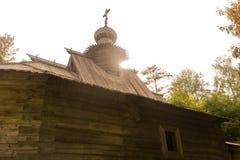 Die Sonne über einer Kirche Stockfotografie