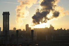 Die Sonne über einer Stadt lizenzfreie stockfotos