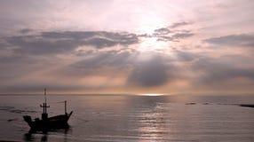 Die Sonne Anstiege und das boath. lizenzfreies stockbild