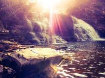Die Sonne auf einem schönen Wasserfall Stockfotografie
