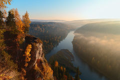 Die Sonne belichtet den Nebel über dem Fluss Stockbild