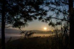 Die Sonne, die auf Berglandschaft scheint Stockfoto
