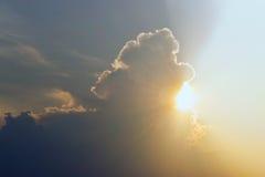 Die Sonne, die von hinten die Wolken herauskommt Lizenzfreie Stockbilder