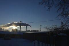 Die Sonne durch den Rauch lizenzfreie stockbilder