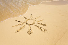 Die Sonne - eine Abbildung auf Sand Stockbild