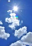 Die Sonne im blauen Himmel stockbild