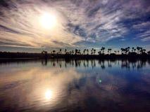 die Sonne im Himmel und im Wasser Stockfoto
