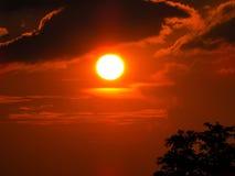 Die Sonne ist ein perfekter Kreis und das ehrfürchtige lizenzfreie stockfotos