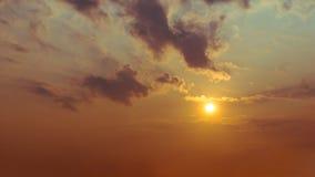Die Sonne ist im Himmel und in den Wolken glänzend Lizenzfreie Stockfotografie