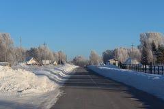 Die Sonne scheint das Gleis, Schnee, Holz Lizenzfreies Stockfoto