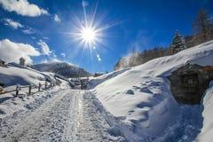 Die Sonne scheint das Gleis, Schnee, Holz Stockfotografie