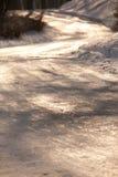 Die Sonne scheint das Gleis, Schnee, Holz Lizenzfreie Stockbilder