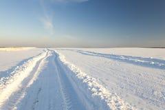 Die Sonne scheint das Gleis, Schnee, Holz schnee Lizenzfreies Stockbild