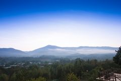 Die Sonne steigt in die Berge Lizenzfreie Stockfotos