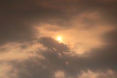 Die Sonne und die Wolke auf Himmel stockbilder