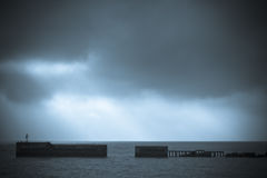 Die Sonne und ein Pier stockfotografie