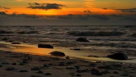 Die Sonne verschwand hinter der Horizontlinie lizenzfreie stockfotos
