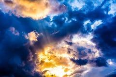 Die Sonne, die von hinten die Wolken gleich nach dem Sturm herauskommt lizenzfreie stockbilder