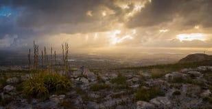 Die Sonnenaufgänge über der Stadt auf einem stürmischen Morgen Lizenzfreies Stockbild