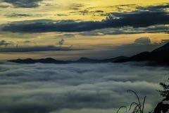 Die Sonnenaufgänge über nordöstlichem Thailand und einem Nebelmeer lizenzfreie stockfotografie