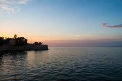 Die Sonneneinstellung über Cadiz Spanien stockfotos