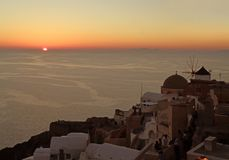 Die Sonneneinstellung auf dem Horizont von Ägäischem Meer, Oia Dorf, Santorini-Insel, Griechenland stockbilder