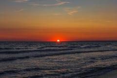 Die Sonnensätze über dem Horizont lizenzfreie stockfotos