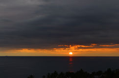 Die Sonnensätze über dem Horizont hinaus Lizenzfreie Stockfotografie
