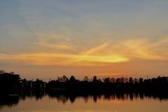 Die Sonnenuntergang-Landschaft im Seeufer stockbild
