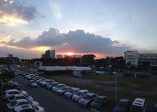 Die Sonnenuntergangansicht durch Himmel ` s Wolke stockfotografie