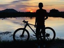 Die Sonnenuntergangansicht mit Radfahrer lizenzfreies stockbild