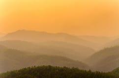 Die Sonnenuntergangzeit und -berg bei Wat Phra That Doi Kong MU Lizenzfreie Stockbilder